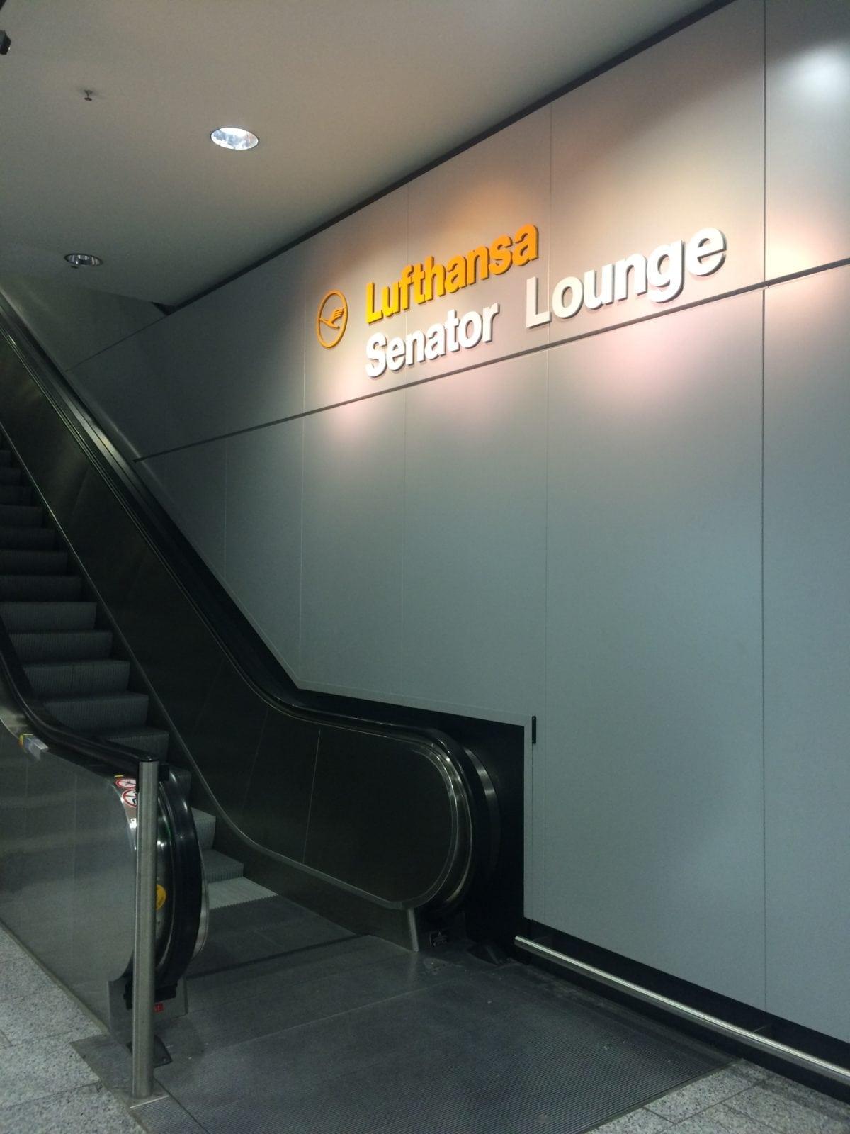 Lufthansa Senator Lounge Terminal 1 C Rolltreppe zum Eingang