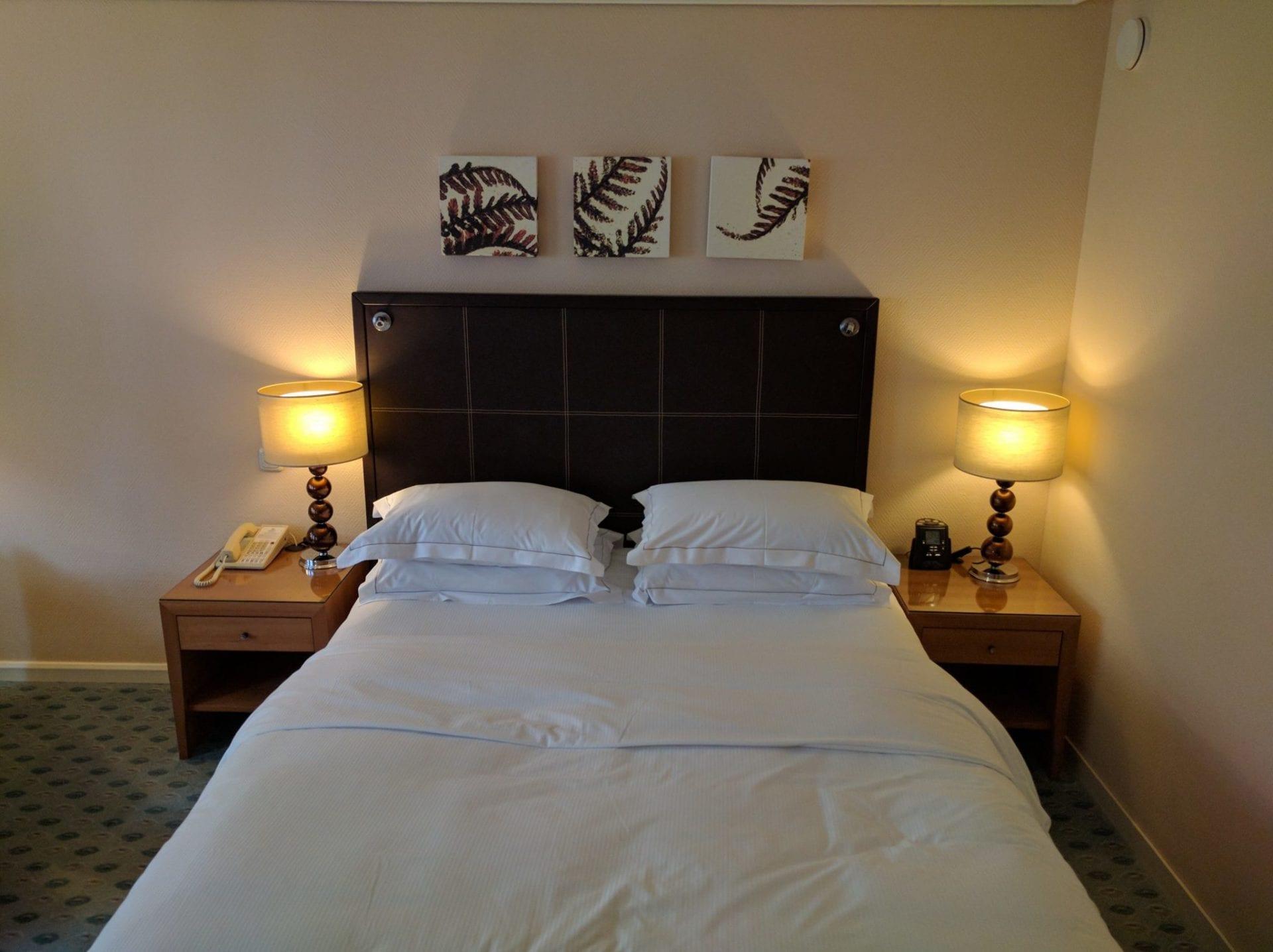 hilton dresden queen bett. Black Bedroom Furniture Sets. Home Design Ideas