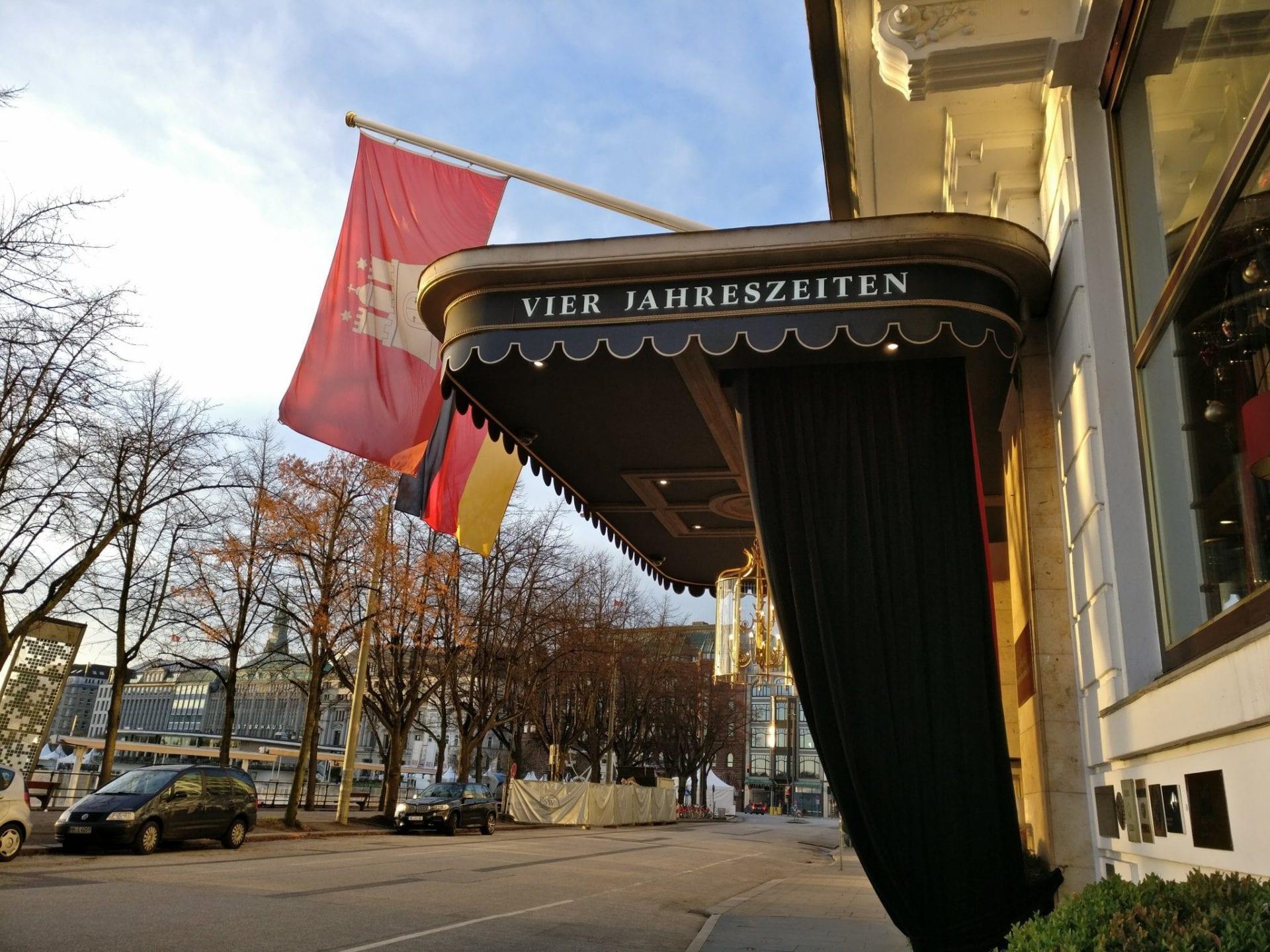 review fairmont hotel vier jahreszeiten hamburg. Black Bedroom Furniture Sets. Home Design Ideas