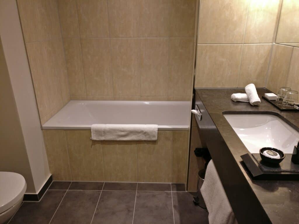 Reichshof Hamburg One Bedroom Suite Bathroom