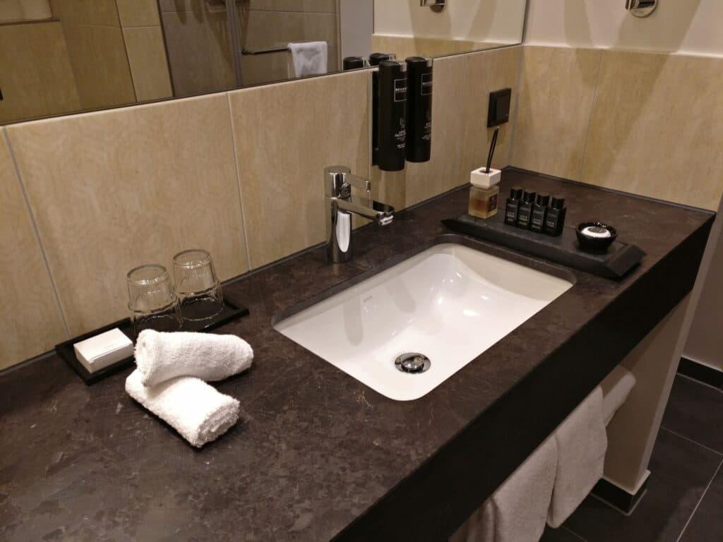 Reichshof Hamburg One Bedroom Suite Bathroom 3