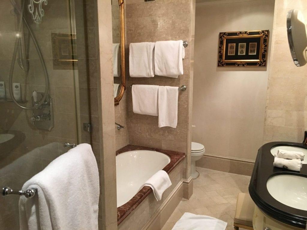 st-regis-rom-zimmer-badezimmer