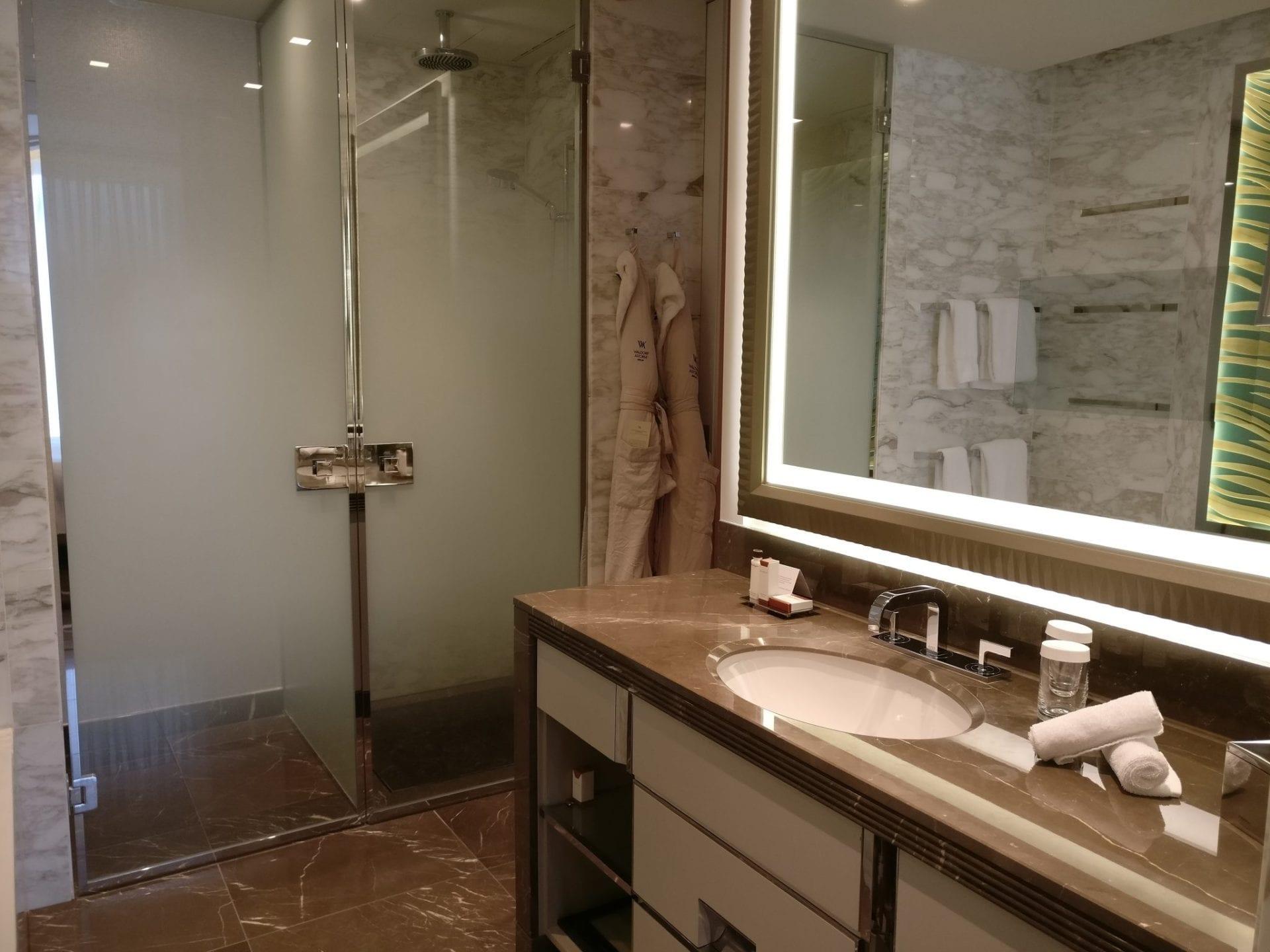 badezimmer berlin bub hotel berlinsued genshagen badezimmer blick ins badezimmer mit hbschen. Black Bedroom Furniture Sets. Home Design Ideas