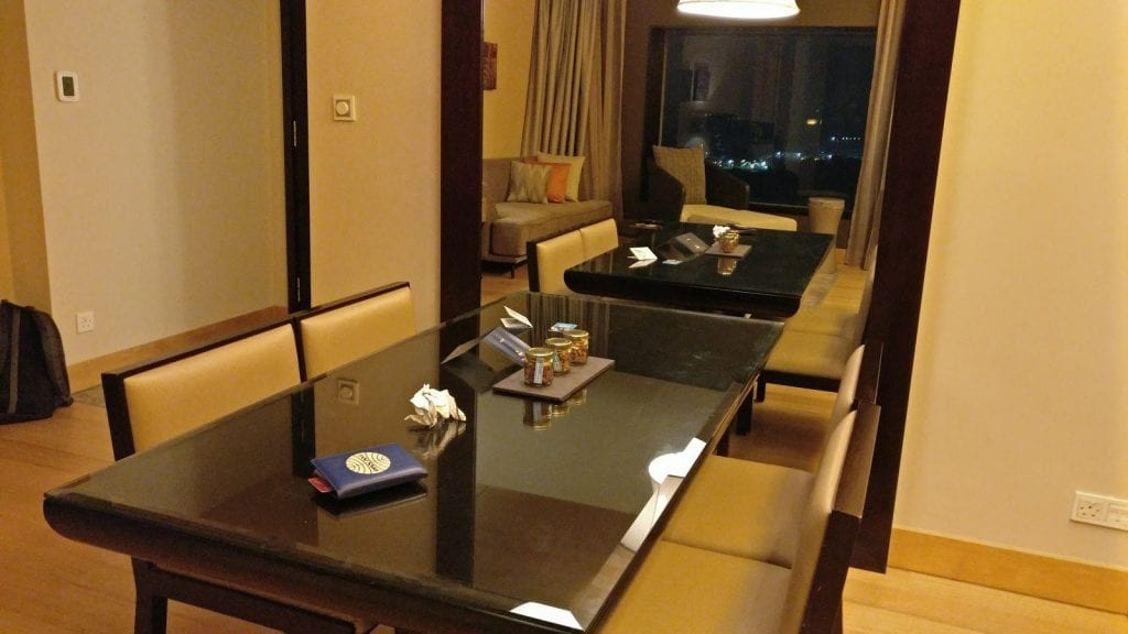 hilton-kuala-lumpur-executive-suite-tisch