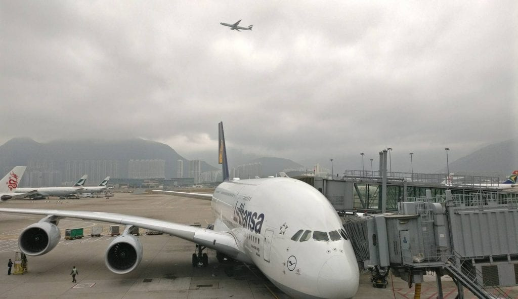 The Qantas Hong Kong Lounge Blick auf Lufthansa A380 Flugzeug