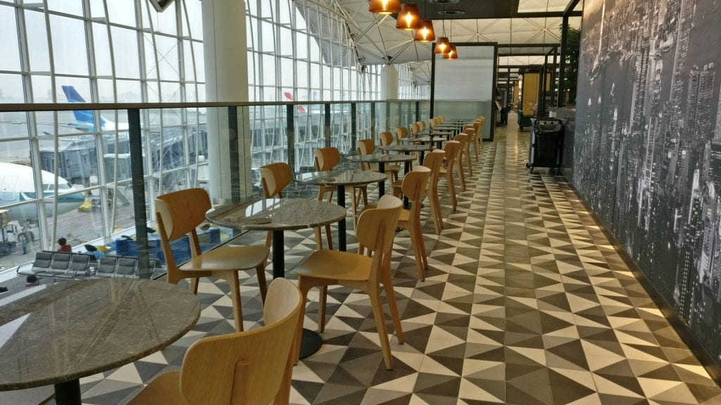 The Qantas Hong Kong Lounge Sitze hinter der Bar mit Aussicht