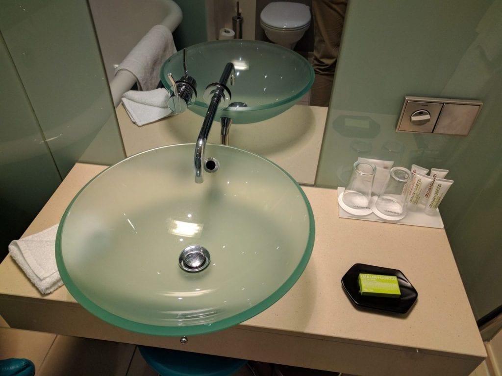 Le Meridien Hamburg Badezimmer Waschtisch