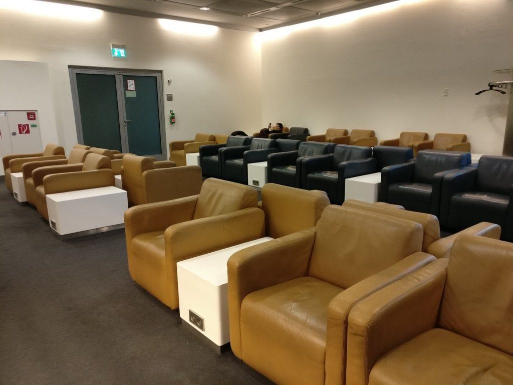 Lufthansa Business Lounge Schengen G28 München Buffet Sitze Sessel