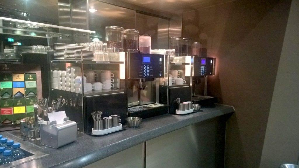 Lufthansa Senator Lounge München Schengen G28 Buffet Kaffeemaschine