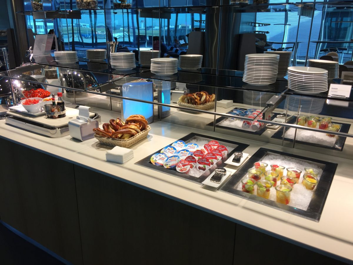Lufthansa-Business-Lounge-B24-Buffet-1