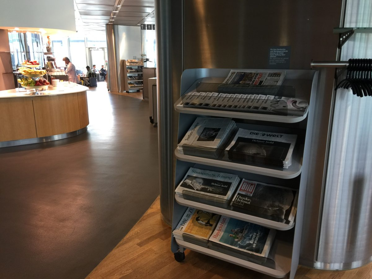 Lufthansa Business Lounge B44 Zeitung