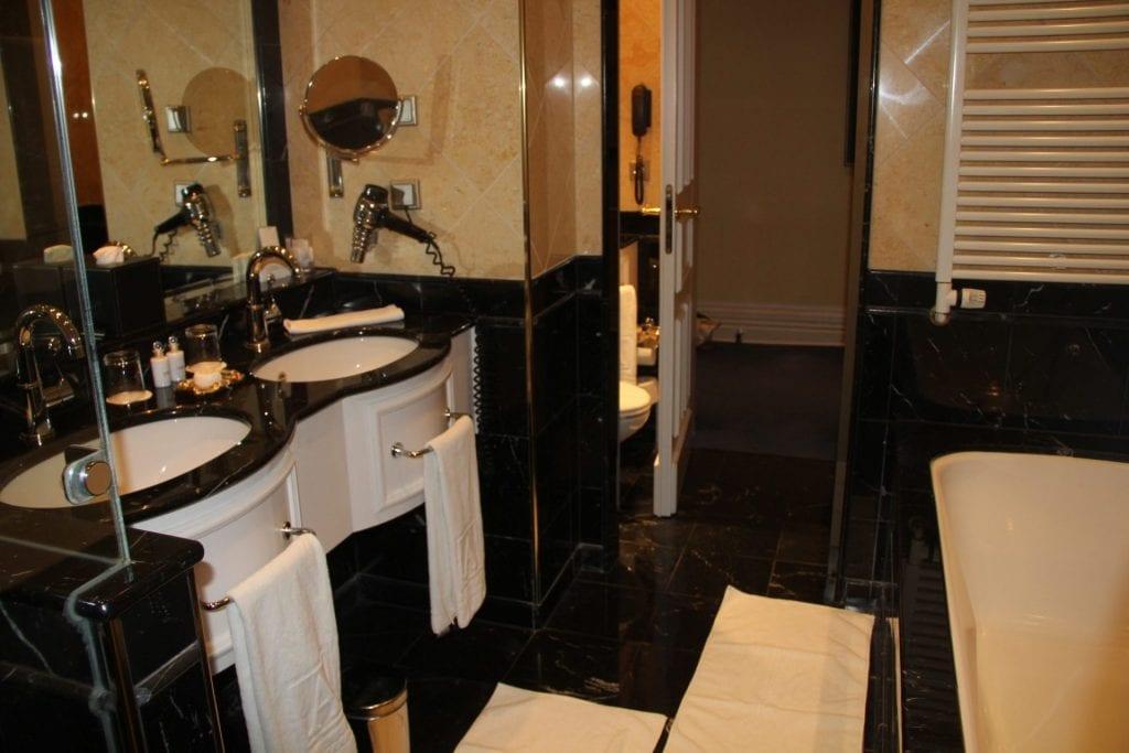 Grandhotel Schloss Bensberg Park Suite Bathroom 2