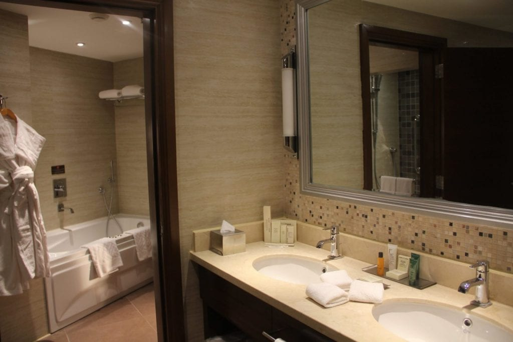 Hilton Alexandria King's Ranch Suite Bathroom