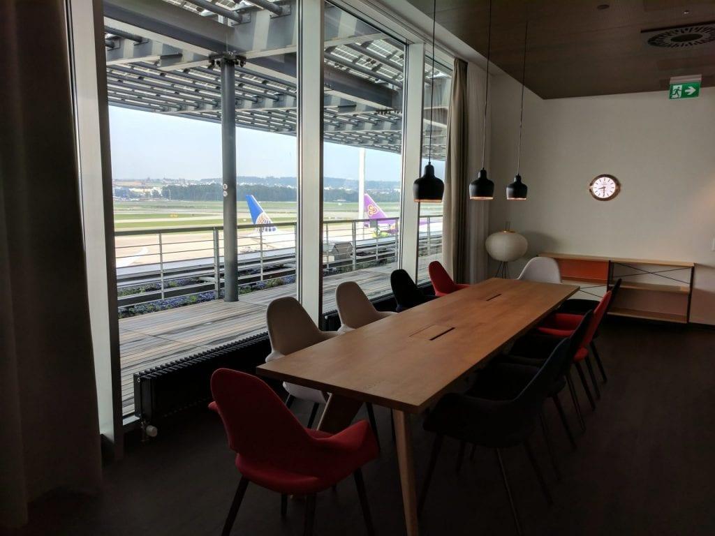 Swiss First Class Lounge Zürich E Konferenztisch