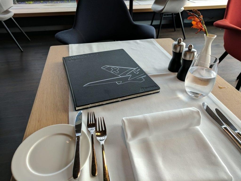 Swiss First Class Lounge Zürich E Tisch