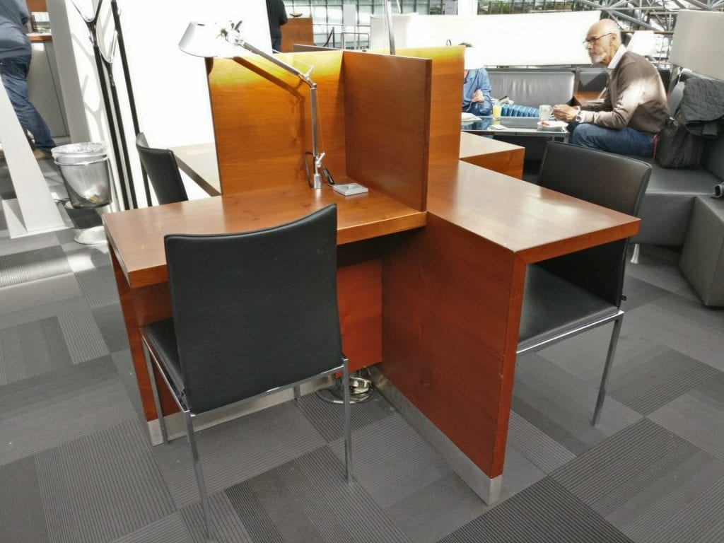 hamburg airport lounge working desk