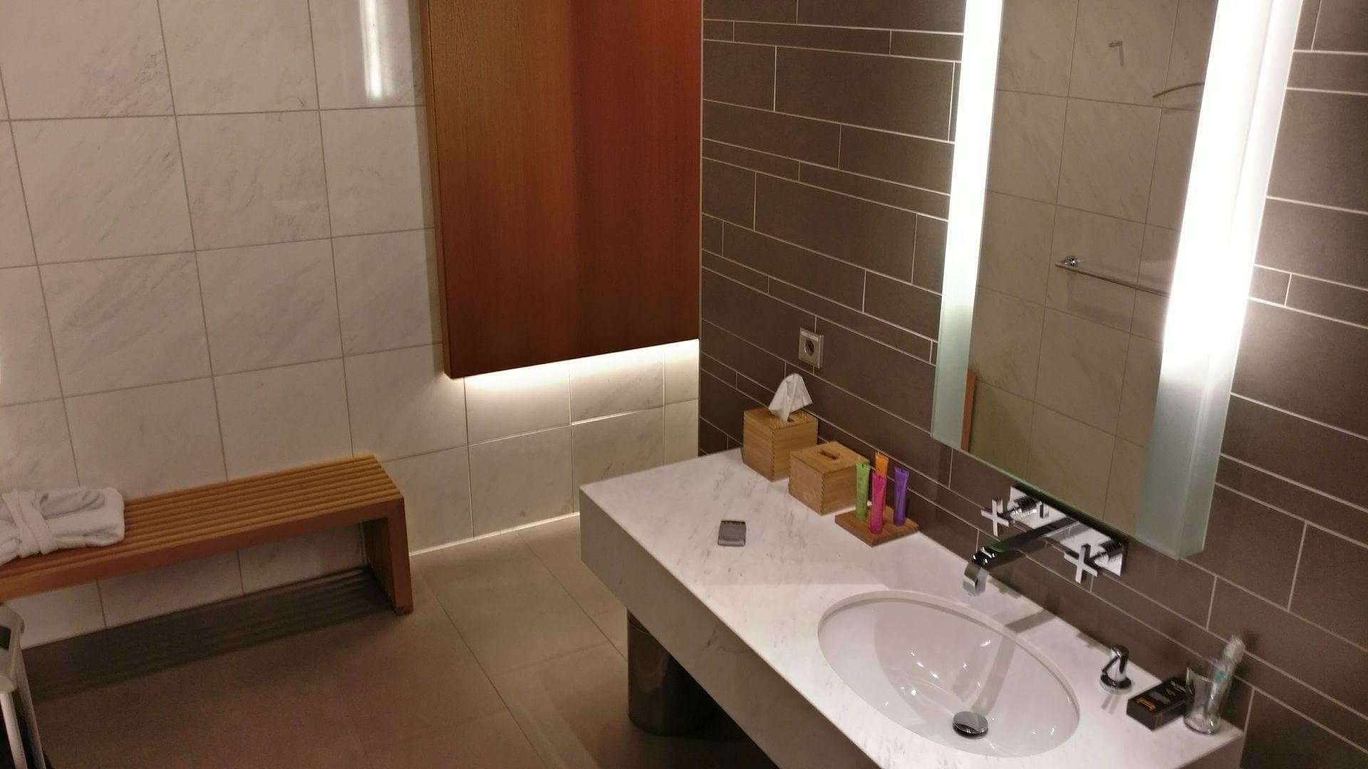 lufthansa first class terminal frankfurt bad dusche. Black Bedroom Furniture Sets. Home Design Ideas