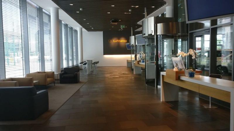Lufthansa First Class Terminal Frankfurt Gang zur Limousine