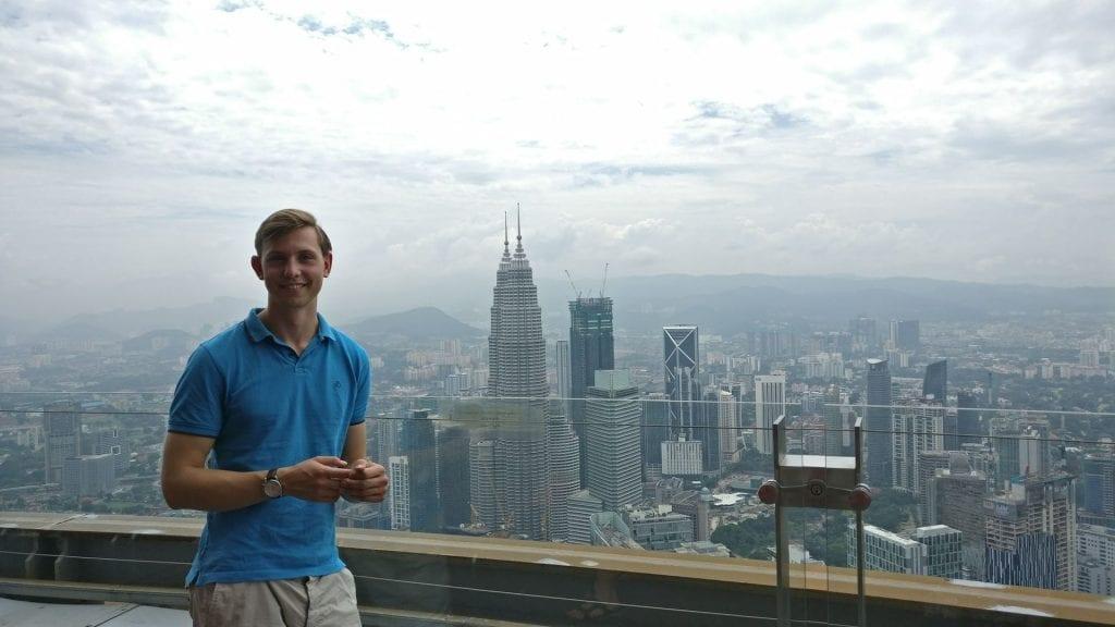 Moritz vor der Skyline in Kuala Lumpur