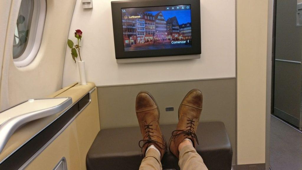 Lufthansa First Class Nachtflug Beinfreiheit