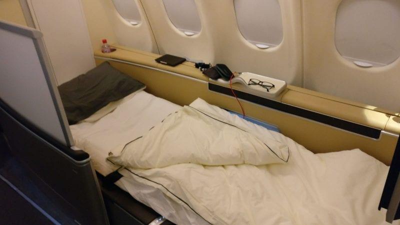 Lufthansa First Class Nachtflug Bett