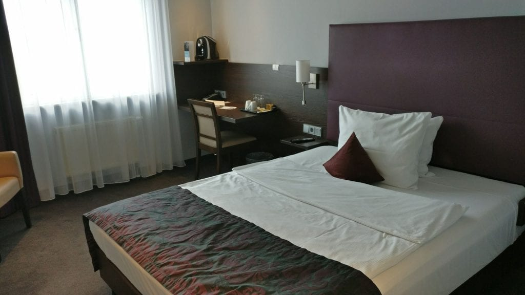 Mercure Frankfurt City Messe Zimmer Schreibtisch Bett