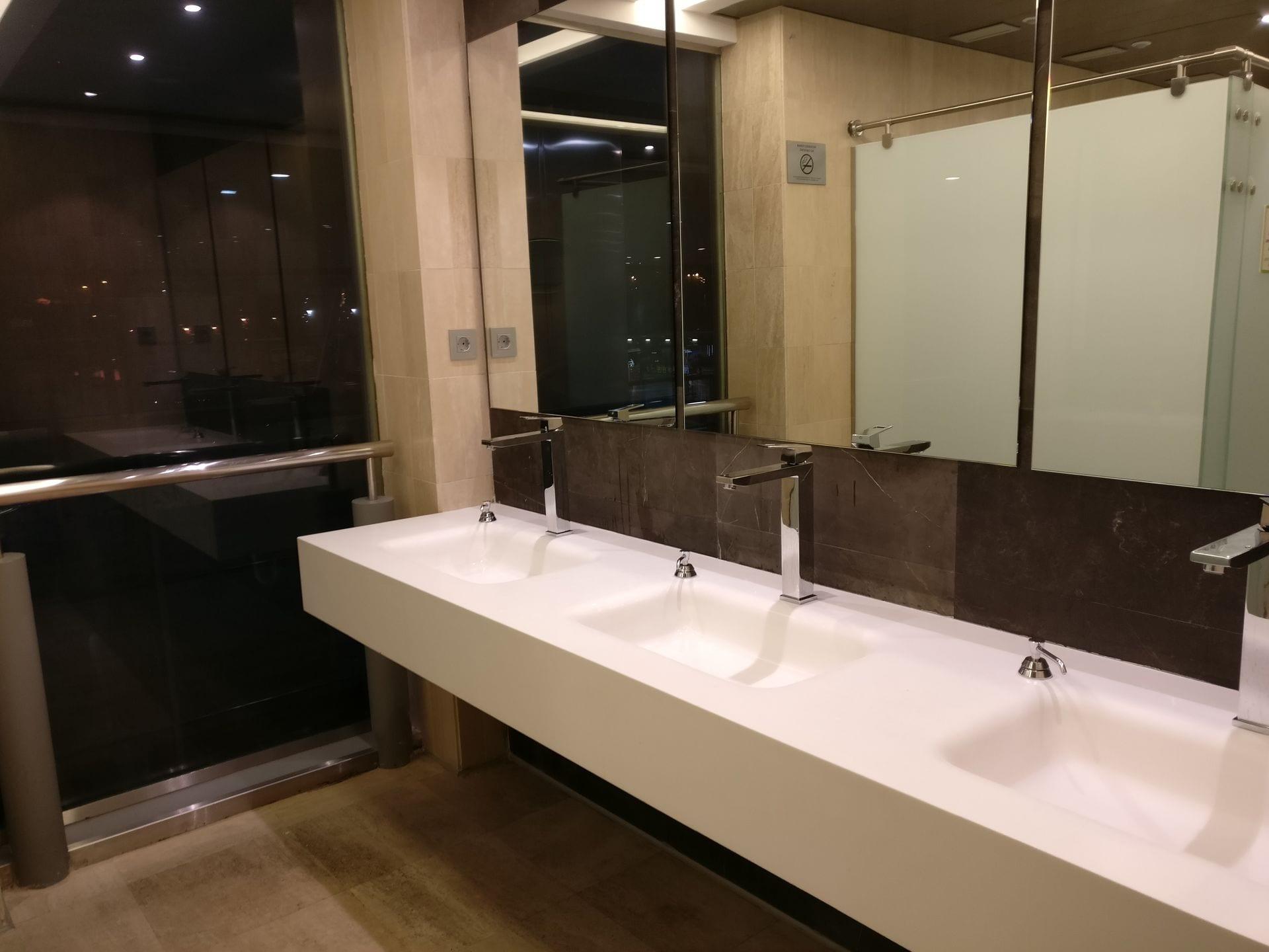 Puerta del sol lounge madrid lavatories for Puerta del sol 2017
