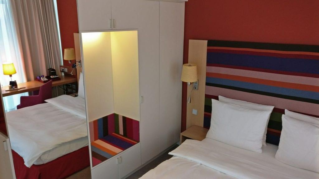Radisson Blu Frankfurt Zimmer Bett Kleiderschrank