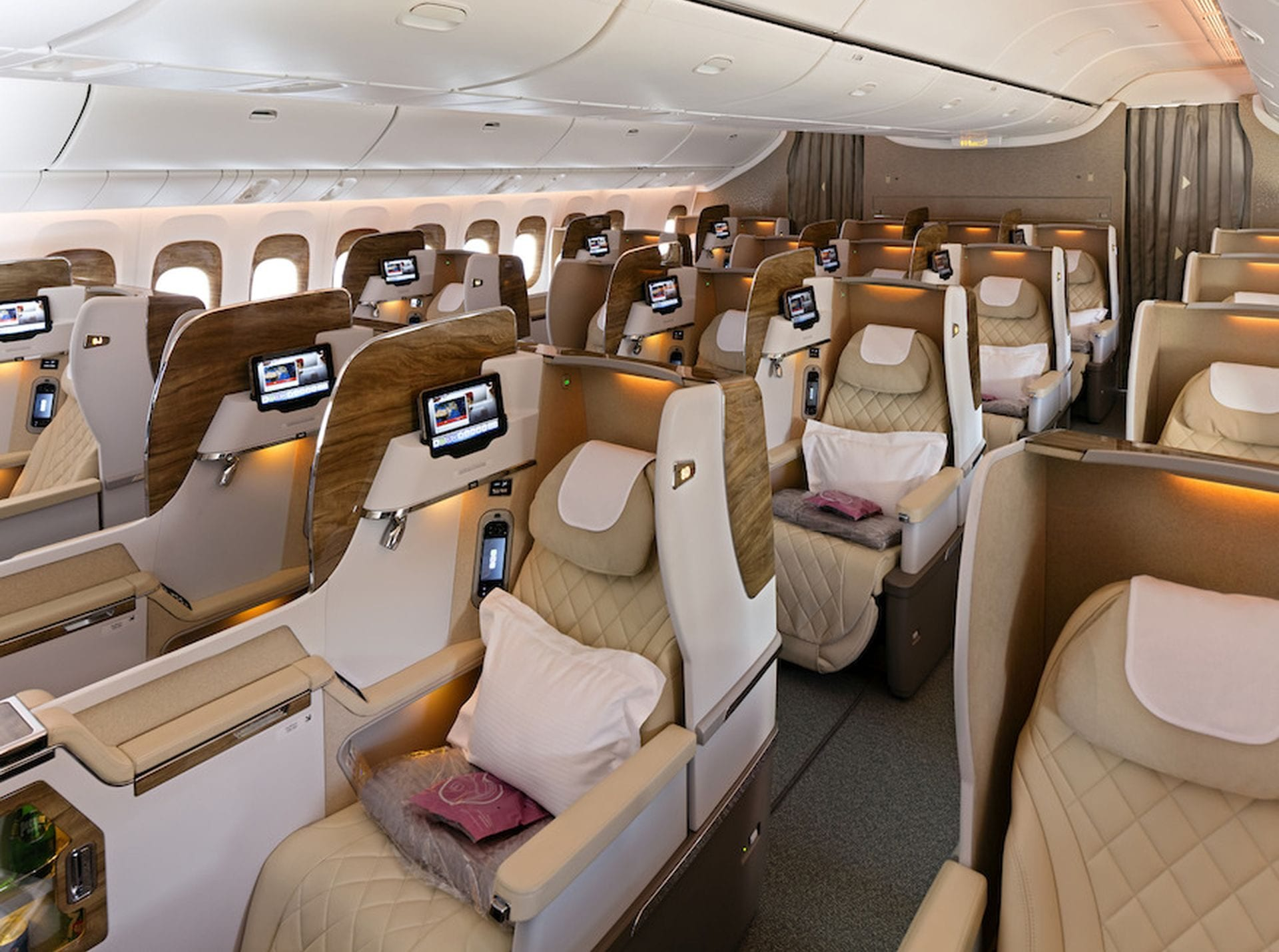 Emirates neue business class cabin on boeing 777 300er for Interieur 777 300