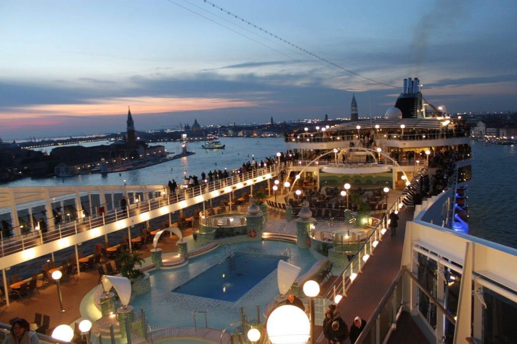 Fahrt durch den Giudecca-Kanal in Venedig vorbei am Markusplatz