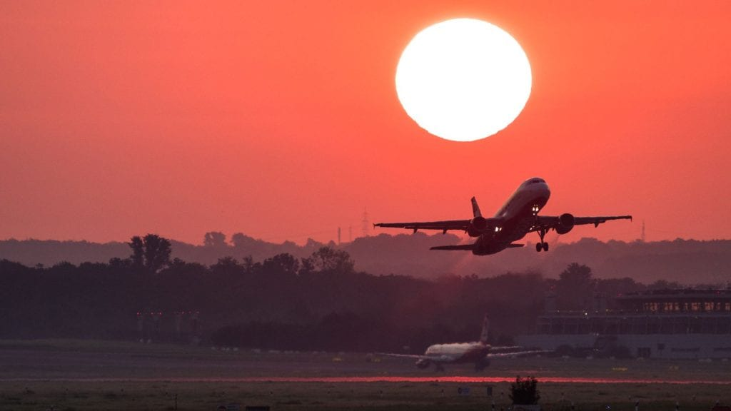 Flugzeug Start Sonnenuntergang