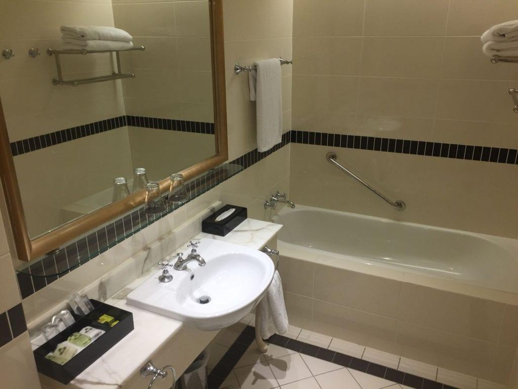 Intercontinental Sanctuary Cove Bad mit Badewanne und Dusche 1