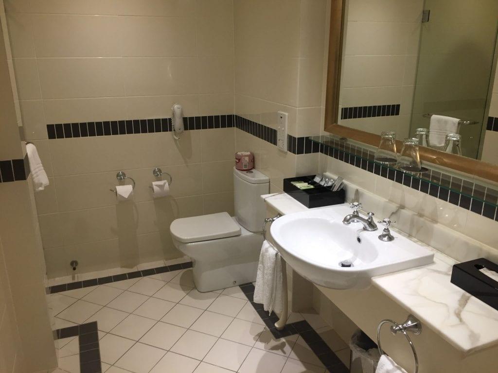 Intercontinental Sanctuary Cove Bad mit Badewanne und Dusche 2
