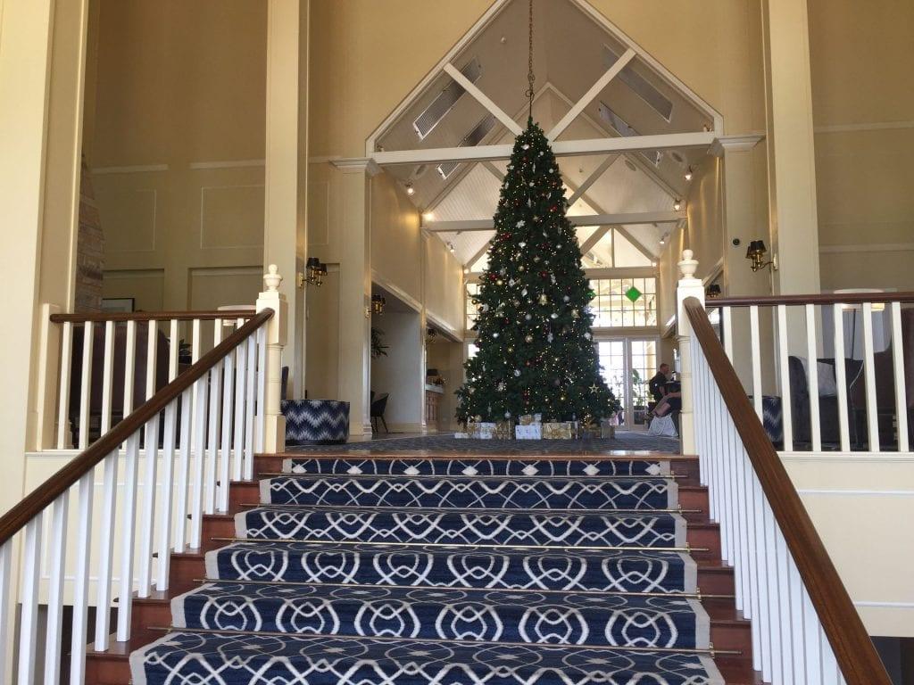 Intercontinental Sanctuary Cove Treppe zur Lobby mit Weihnachtsbaum