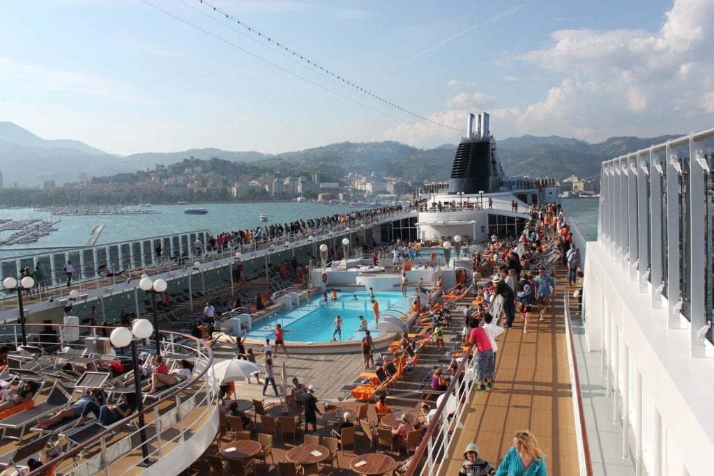 MSC Lirica volles Pooldeck
