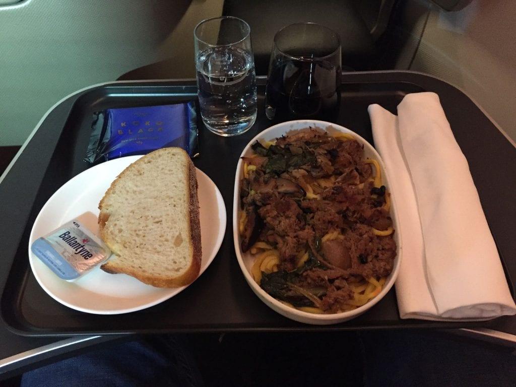 Qantas B7879 Business Class Abendessen auf der Kurzstrecke