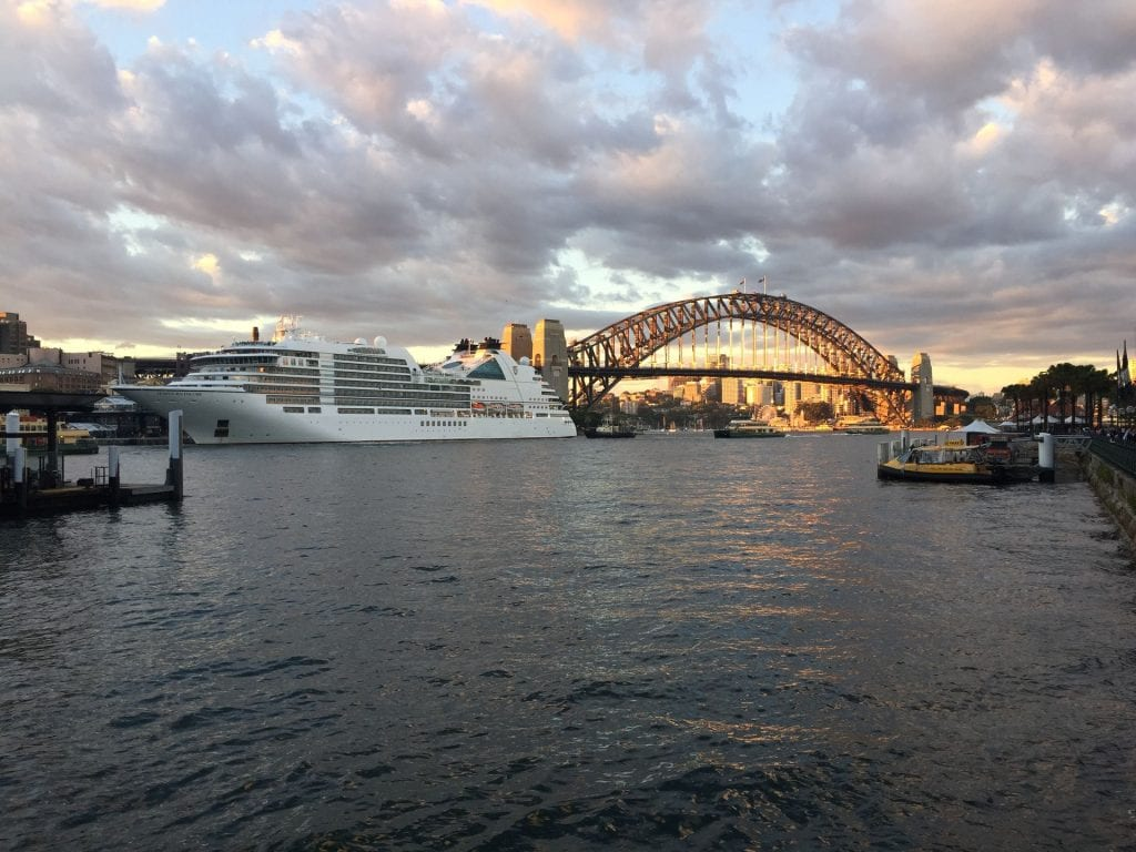 Seabourn Encore neben der Sydney Harbour Bridge