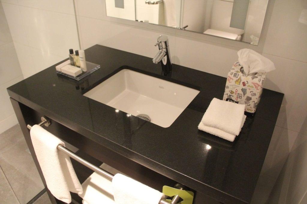 Hilton Garden Inn Montevideo King Room Bathroom 2
