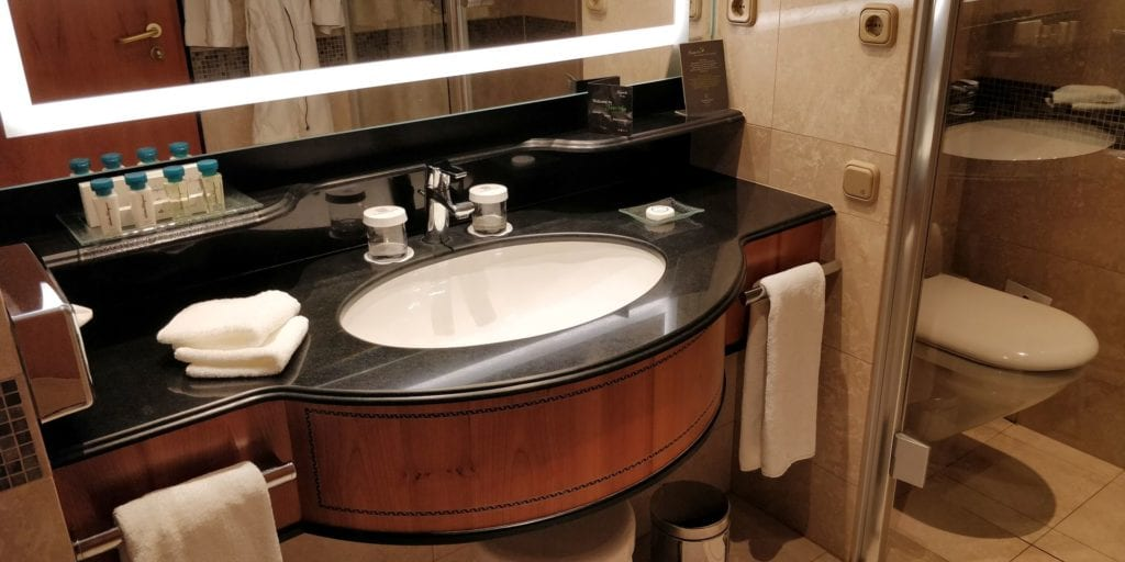 Kempinski Hotel Corvinus Budapest Premium Deluxe Zimmer Bad