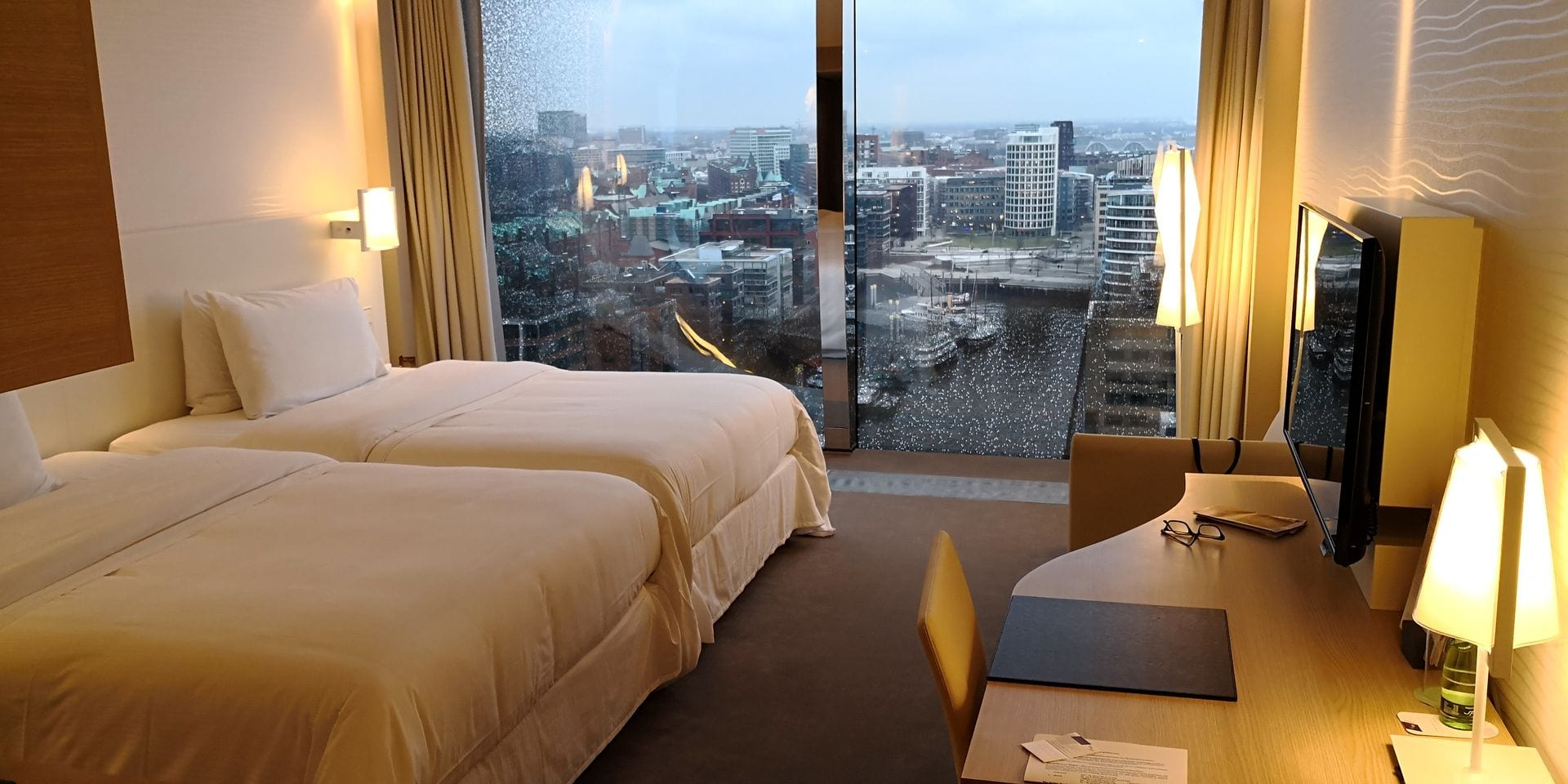 the westin hamburg elbphilharmonie zimmer. Black Bedroom Furniture Sets. Home Design Ideas