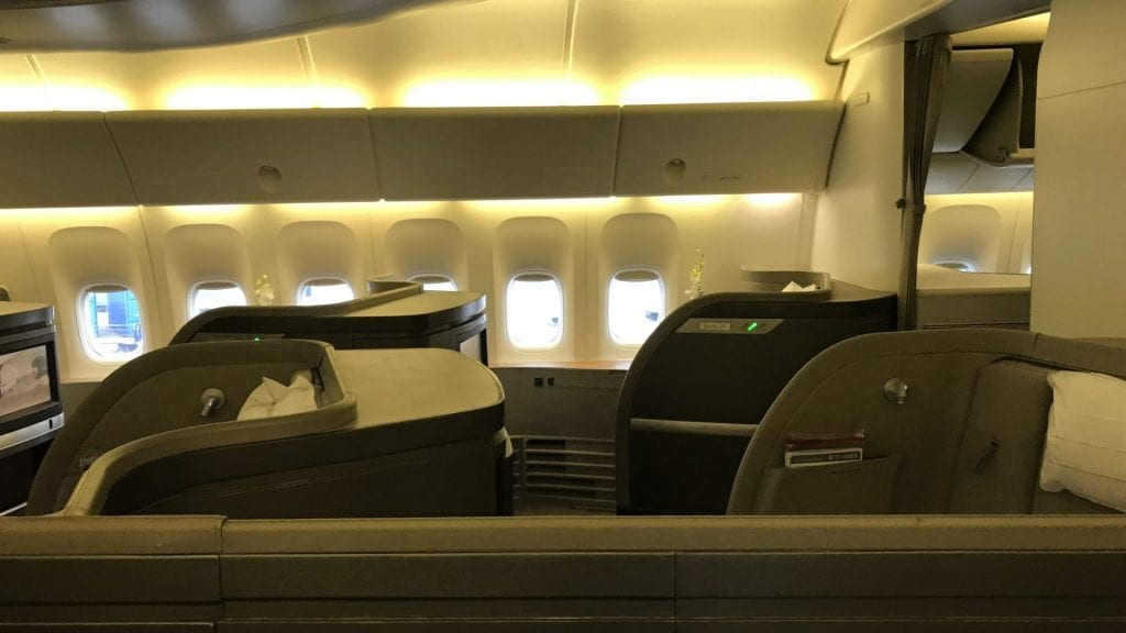 cathay pacific first class boeing 777 kabine