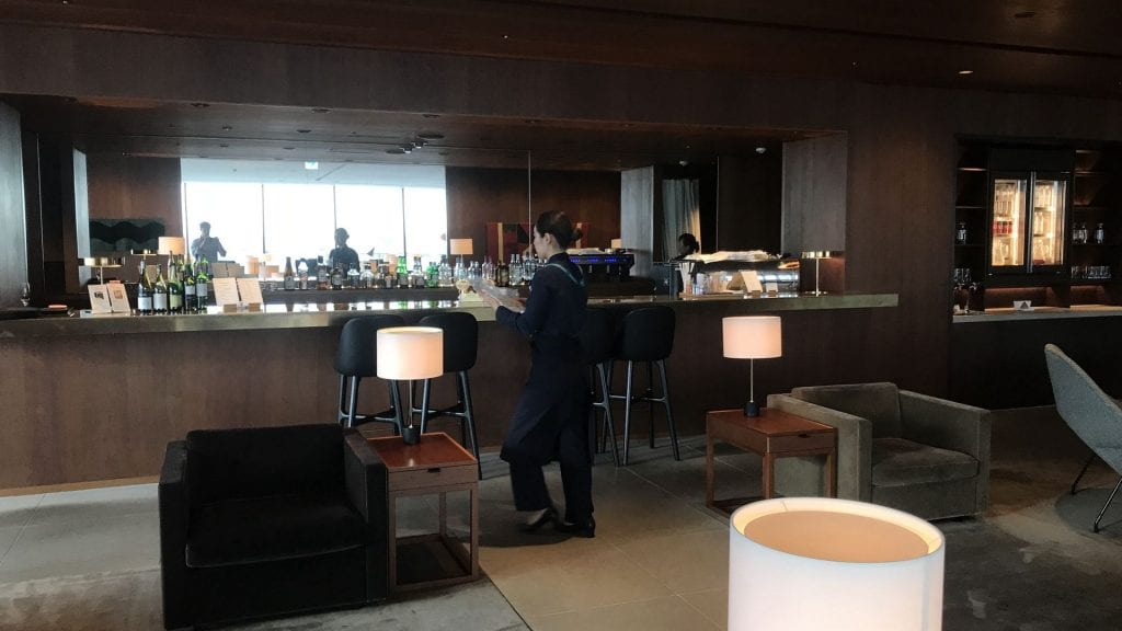 cathay pacific lounge tokio haneda bar