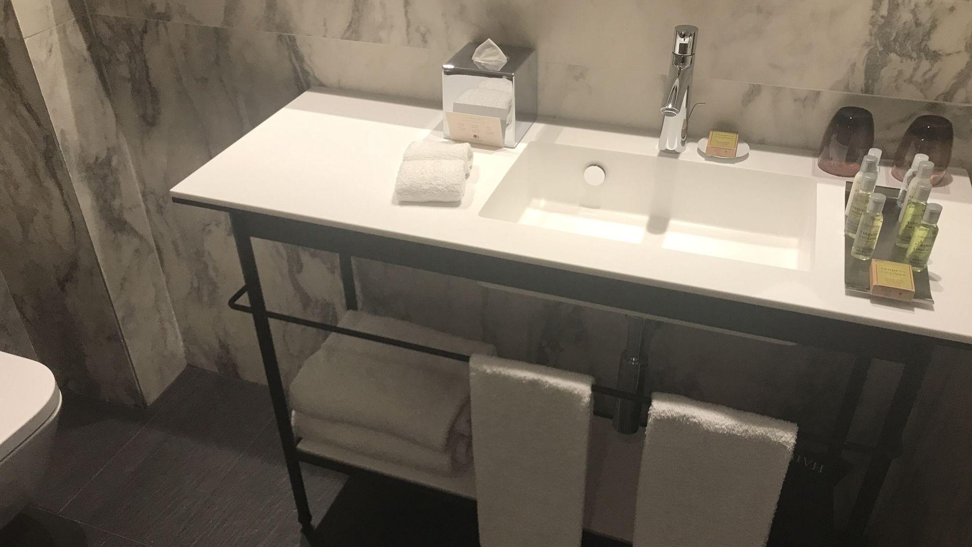 doubltree madrid city centre badezimmer. Black Bedroom Furniture Sets. Home Design Ideas