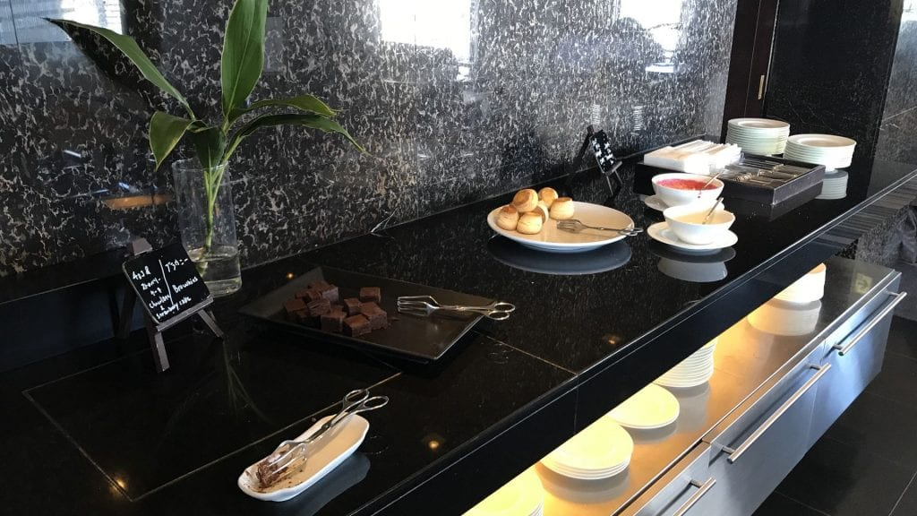 hilton tokyo executive lounge snacks