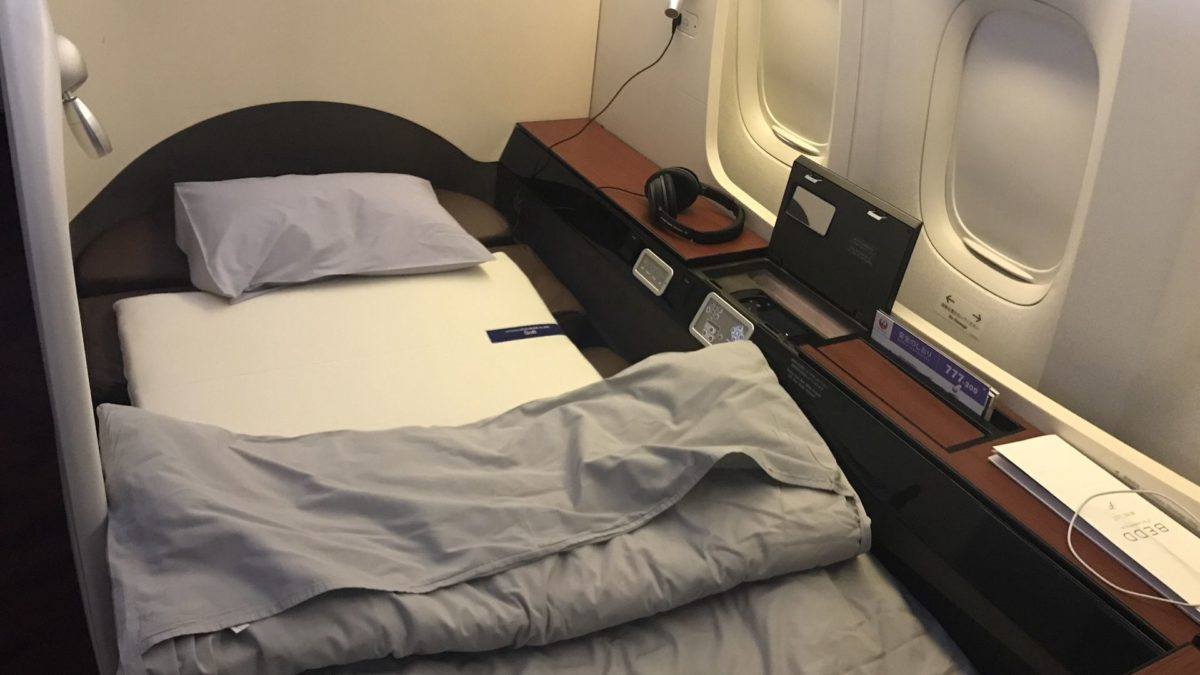 japan airlines first class boeing 777 bett. Black Bedroom Furniture Sets. Home Design Ideas