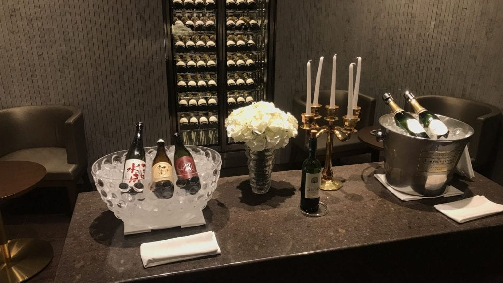 japan airlines first class lounge tokio haneda red room champagner bar