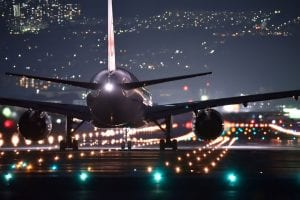 Flugzeug Startbahn bei Nacht