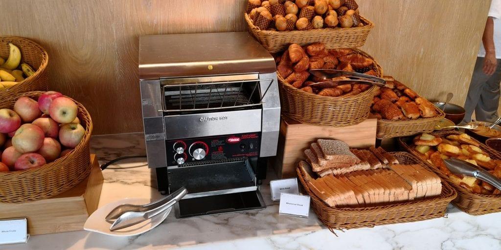 Hilton Garden Inn Singapore Serangoon Frühstück Brötchen Croissant