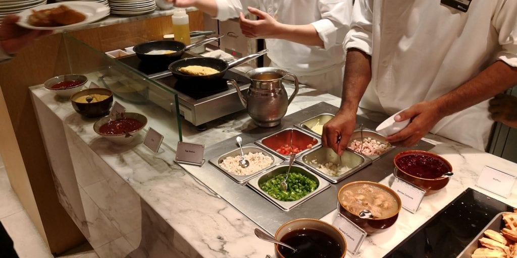 Hilton Garden Inn Singapore Serangoon Frühstück Omelette Buffet