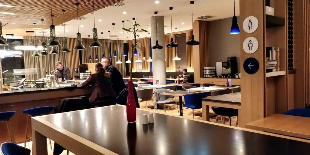 HolidayInn Express Berlin Alexanderplatz Frühstück Raum Bar